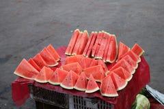 Die Wassermelone, die in dreieckige St?cke geschnitten wurde, f?gte zusammen lizenzfreie stockfotografie