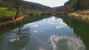 Die Wasseroberfläche des Eutersee reflektiert die Wolken stockfotografie