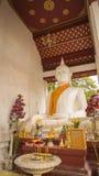Die weiße alte Buddha-Statue in der Front neben der alten Vihara-Halle an Wat Rakhang Khositaram u. an x28; Publice-temple& x29;  Lizenzfreie Stockfotografie
