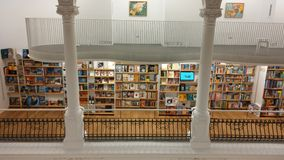 Die weiße Bibliothek Lizenzfreie Stockfotografie