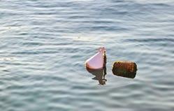 Die weiße Boje im Meer Lizenzfreies Stockfoto