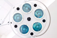 Die weiße chirurgische Lampe mit fünf Lampen Lizenzfreies Stockbild
