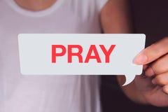 Die weiße Gesprächsblase haltene und darstellende Hand beten Benennung stockbilder