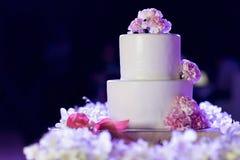 Die weiße Hochzeitstorte Stockfotografie