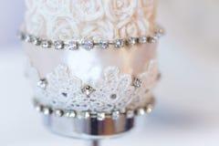 Die weiße Kerze verziert mit Rosen Lizenzfreies Stockfoto