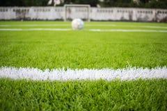 Die weiße Linie Markierung auf dem künstlichen grünen Gras footbal, Fußballplatz stockfotografie