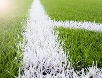 Die weiße Linie Markierung auf dem künstlichen grünen Gras footbal, Fußballplatz Lizenzfreie Stockbilder