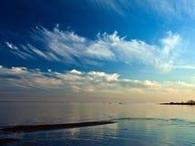 Die weiße Nacht über dem See Lizenzfreie Stockfotografie