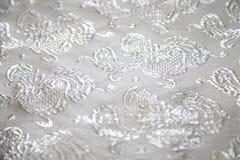 Die weiße silberne Farbe des Brokatgewebes Lizenzfreies Stockfoto