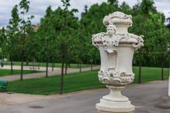 Die weiße Skulptur im Belvederegarten, Wien Lizenzfreie Stockbilder