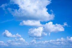 Die weiße Wolke auf dem blauen Himmel am hellen Tag Stockfotografie