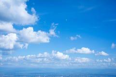 Die weiße Wolke auf dem blauen Himmel am hellen Tag Lizenzfreie Stockfotografie