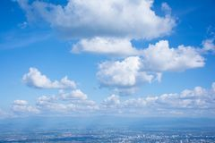 Die weiße Wolke auf dem blauen Himmel am hellen Tag Stockfoto