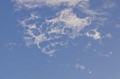 Die weiße Wolke im blauen Himmel Stockfoto