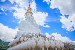 Die weißen Buddha-Statuen bei Wat Pha Sorn Kaew Temple stockbild