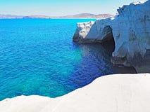 Die weißen Klippen nahe Sarakiniko setzen in den Milos in den die Kykladen-Inseln von Griechenland auf den Strand stockfotos