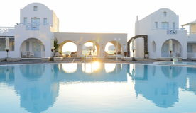 Die weißen Landhäuser des Luxus-Resorts, die im blauen Pool sich reflektieren, wässern Lizenzfreie Stockbilder