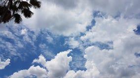 Die Weißwolken im frischen blauen Himmel Lizenzfreie Stockbilder