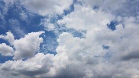 Die Weißwolken im frischen blauen Himmel Lizenzfreie Stockfotografie