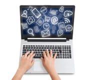 Die weibliche Hand, die auf Tablet-Computer schreiben und die Medienikonen fliegen lizenzfreie stockbilder