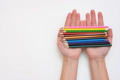 Die weibliche Hand, die in seiner hält, übergibt Dutzend Bleistifte, die rechten Hände, ließ einen leeren Raum unter dem Titel Lizenzfreie Stockfotografie