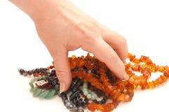 Die weibliche Hand hält Korne an Lizenzfreies Stockbild
