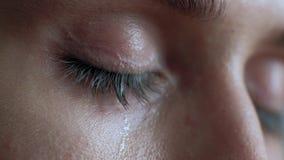 Die weiblichen Augenschreie und -Tränen sind flüssiges Makrovideo stock video