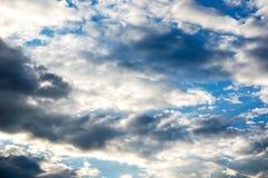 Die weiche Wolke ist auf dem blauen Himmel Lizenzfreie Stockfotografie