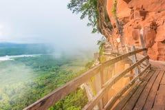 Die Weichzeichnung der Holzbrücke, Balkon an der Gebirgsseite, die Frauen, grüner Waldnebelige Hügel bei Phu Tok, Pfropfen Kan-Pr Stockbild