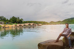 Die Weichzeichnung der Mann mit dem Floss, dem Sumpf, dem Gebirgsschönen Himmel und Wolke bei Huai Krathing, Loei-Provinz, Thaila Lizenzfreie Stockbilder
