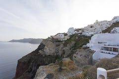 Die weiße Stadt von Oia auf der Klippe, die das Meer, Santorini, die Kykladen, Griechenland übersieht Lizenzfreie Stockfotos