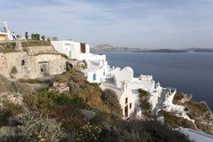 Die weiße Stadt von Oia auf der Klippe, die das Meer, Santorini, die Kykladen, Griechenland übersieht Stockfotos