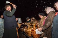 Die Weihe des Weihwassers während eines Nachtdienstes ostern d Lizenzfreie Stockfotos