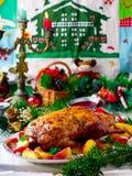 Die Weihnachten gebackene Ente mit Äpfeln Stockfotos