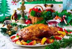 Die Weihnachten gebackene Ente mit Äpfeln Lizenzfreie Stockfotografie