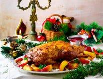 Die Weihnachten gebackene Ente mit Äpfeln Stockfotografie