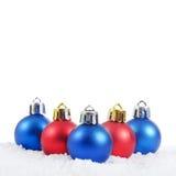 Die Weihnachtsbaumkugel im Schnee Stockbild