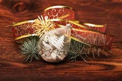 Die Weihnachtsdekoration auf hölzernen Brettern Stockfotos