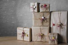 Die Weihnachtsgeschenkboxen, die mit Spitze verziert werden und die Sterne, Lebensstil, Feiertag, Geschenk, feiern und grüßen Stockbild
