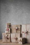 Die Weihnachtsgeschenkboxen, die mit Spitze verziert werden und die Sterne, Lebensstil, Feiertag, Geschenk, feiern und grüßen Stockfotos