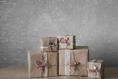 Die Weihnachtsgeschenkboxen, die mit Spitze verziert werden und die Sterne, Lebensstil, Feiertag, Geschenk, feiern und grüßen Stockfotografie