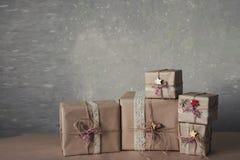 Die Weihnachtsgeschenkboxen, die mit Spitze verziert werden und die Sterne, Lebensstil, Feiertag, Geschenk, feiern und grüßen Lizenzfreie Stockfotografie