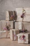Die Weihnachtsgeschenkboxen, die mit Spitze verziert werden und die Sterne, Lebensstil, Feiertag, Geschenk, feiern und grüßen Lizenzfreies Stockbild