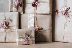 Die Weihnachtsgeschenkboxen, die mit Spitze verziert werden und die Sterne, Lebensstil, Feiertag, Geschenk, feiern und grüßen Lizenzfreie Stockfotos