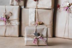 Die Weihnachtsgeschenkboxen, die mit Spitze verziert werden und die Sterne, Lebensstil, Feiertag, Geschenk, feiern und grüßen Stockfoto