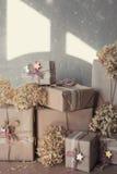 Die Weihnachtsgeschenkboxen, die mit Spitze verziert werden und die Sterne, Lebensstil, Feiertag, Geschenk, feiern und grüßen Stockbilder