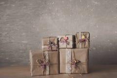 Die Weihnachtsgeschenkboxen, die mit Spitze verziert werden und die Sterne, Lebensstil, Feiertag, Geschenk, feiern und grüßen Lizenzfreies Stockfoto