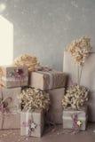 Die Weihnachtsgeschenkboxen, die mit Spitze verziert werden und die Sterne, Lebensstil, Feiertag, Geschenk, feiern und grüßen Lizenzfreie Stockbilder