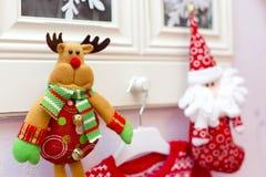 Die Weihnachtsspielzeug Rotwild und die Sankt auf Bildern in Rahmen Lizenzfreie Stockbilder