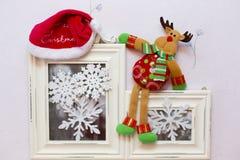 Die Weihnachtsspielzeugrotwild und Sankt Kappe an Lizenzfreie Stockfotos